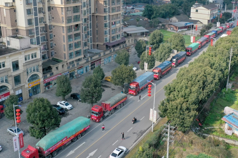 On February 6, in Shou'an Town, Pujiang County, Chengdu City, Sichuan Province, a convoy full of donated materials set off for Wuhan. (Photo by Yu Lingfang / People's Daily Online)