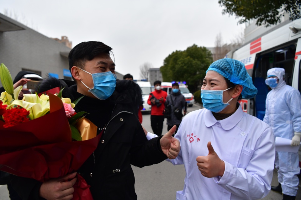 A patient, previously infected with the novel coronavirus, is discharged on Feb. 6 from the Second People's Hospital in Fuyang, east China's Anhui province. Four patients were discharged from the hospital on the same day, marking the second batch cured by the hospital. Photo by Dai Wenxue/ People's Daily Online