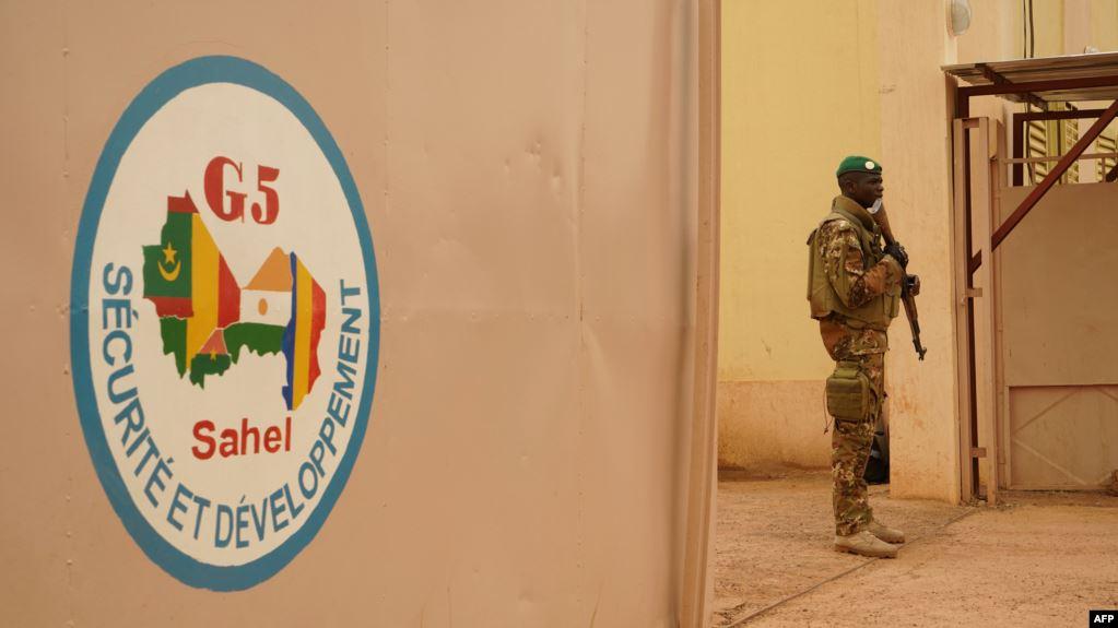 Un soldat de l'armée malienne monte la garde devant le poste de commandement de la Force régionale d'Afrique de l'Ouest G5-Sahel, à Sevare, 30 mai 2018. Illustration. © AFP