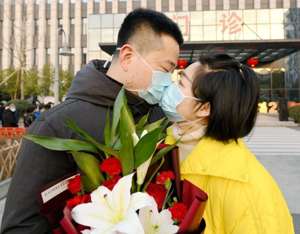 Wang Jianhai (left), attending physician of Xianju Hospital of Traditional Chinese Medicine in Xianju county, east China's Zhejiang province kisses goodbye to his wife