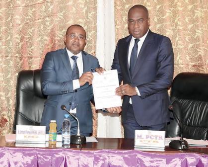 Le directeur général de l'ENAM, Bertrand Pierre Soumbou Angoula (à gauche) et Martial Valery Zang (à droite), le président de la Commission technique de réhabilitation (CTR).