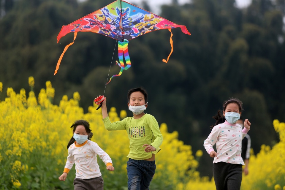 Children fly kites in flower fields of Jiangan Country, Yibin of Sichuan Province. The city canceled this year's Spring Flower Festival due to the COVID-19 influence, but still getting ready for tourists. (Photo by Lan Feng/People's Daily Online)