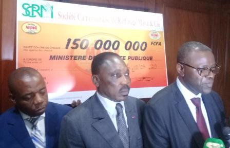 Le PDG de la société SMC Maya, Ngamba Bienvenu (au centre) et le SG de l'ASROC, Jacquis Kemleu (à droite).