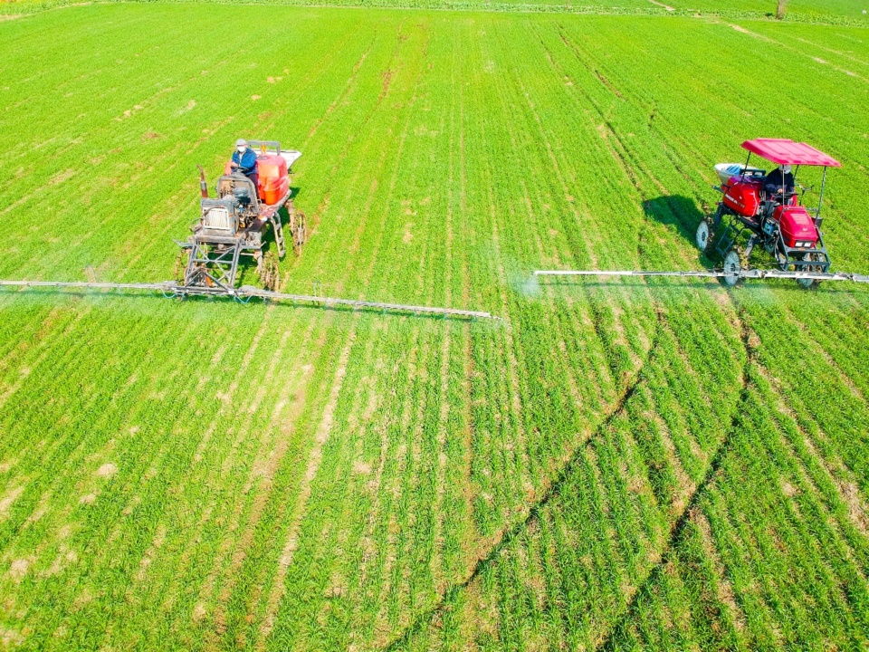 Sprayers designed for small-size fields are widely used in Rugao, Jiangsu Province, as the plowing and sowing season started. Photo by Xu Hui/People's Daily