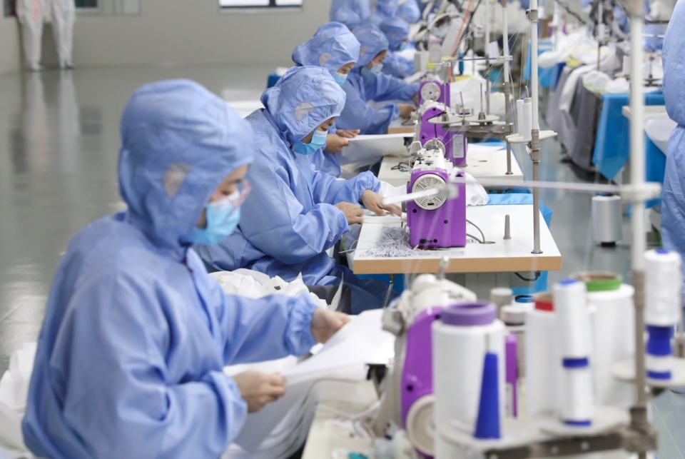 On March 4, 2020, in the purification production workshop of Zhejiang Topsun Group Co., Ltd., workers were making medical disposable protective clothing. (Wang Zheng/People's Daily online)