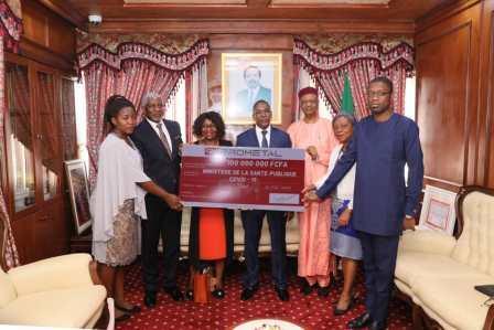Le ministre de la Santé publique, le Dr Manaouda Malachie (au centre en costume), avec à gauche, Mme Grâce Vouillon-Ondo, directeur de la Communication de PROMETAL.