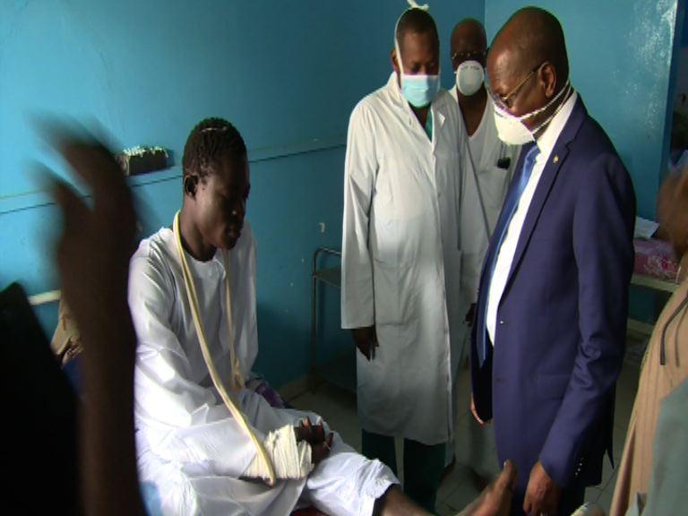 Tchad : le ministre d'Etat Kalzeubé au chevet des soldats blessés de Bouma. © PR