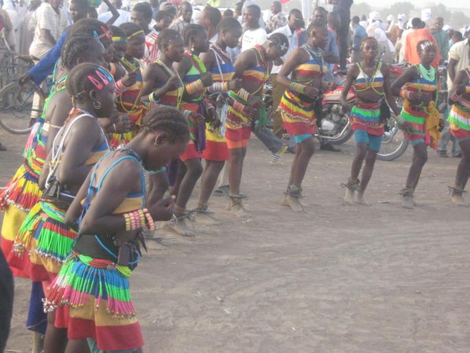 Pas de danses traditionnelles des jeunes initiées femmes Mboum : la culture est un facteur de développement local, social et économique.