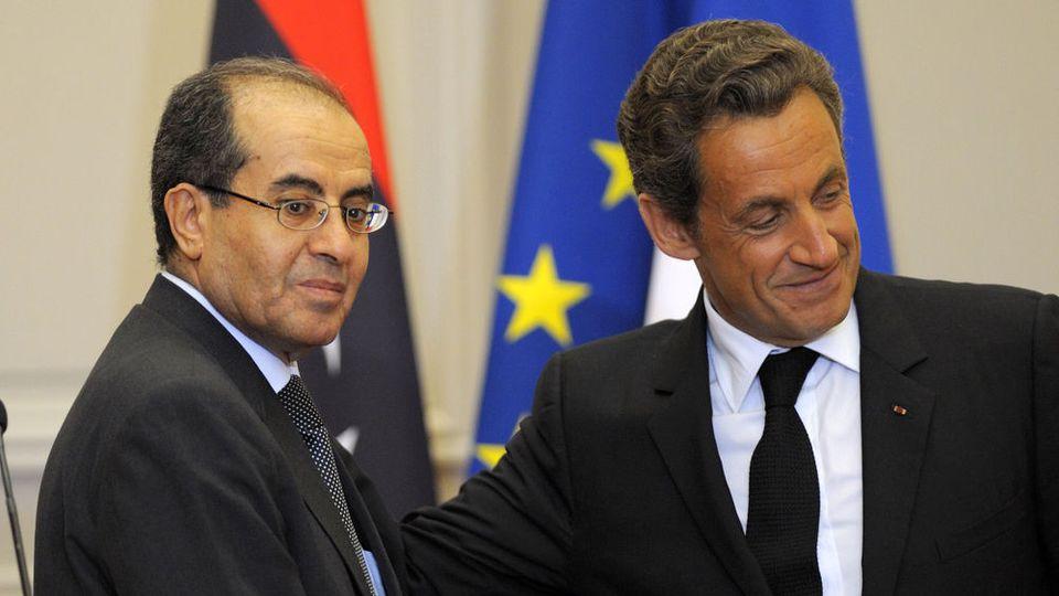 Le président français Nicolas Sarkozy et l'ancien membre principal du Conseil national de transition libyen, Mahmoud Jibril (G), quittent une conférence de presse conjointe à l'Elysée à Paris, le 24 août 2011. REUTERS / Philippe Wojazer