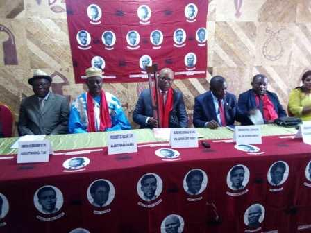 Le secrétaire général de l'Upc Robert Bapooh Lipot (au centre), au cours d'une réunion du bureau directeur du parti.