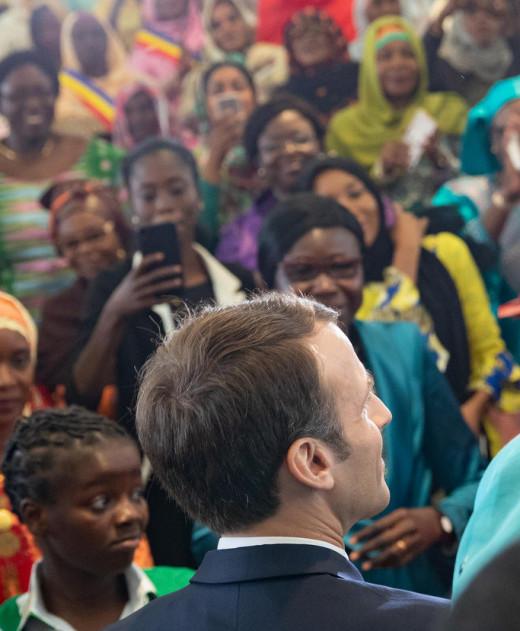 Le Président Emmanuel Macron rencontre le 23 décembre 2018 des femmes tchadiennes à la Maison de la Femme de N'djamena. © Dr/Elysée