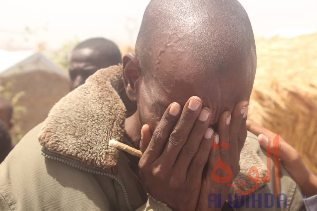 Un citoyen pose les deux mains sur son visage à N'Djamena, au Tchad. 21 avril 2020 © Djibrine Haïdar/Alwihda Info