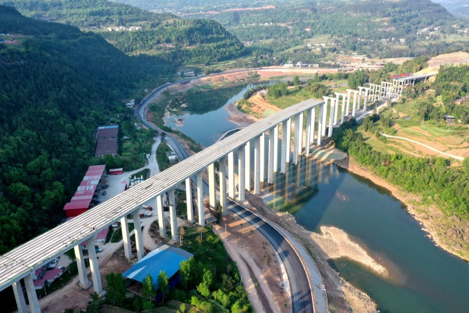 The extra large bridge spanning Tongjianghe River, Tongjiang county, Bazhong of southwest China's Sichuan province resumes construction, April 15, 2020. The project is a part of the Bazhong-Wanyuan Expressway undertaken by China Gezhouba Group Corporation. Photo by Cheng Cong, People's Daily Online