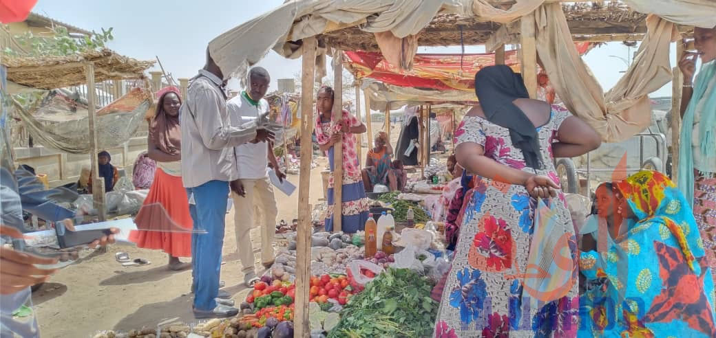 Des jeunes sensibilisent dans un marché de N'Djamena, le 11 avril 2020. Illustration. © Djibrine Haïdar/Alwihda Info