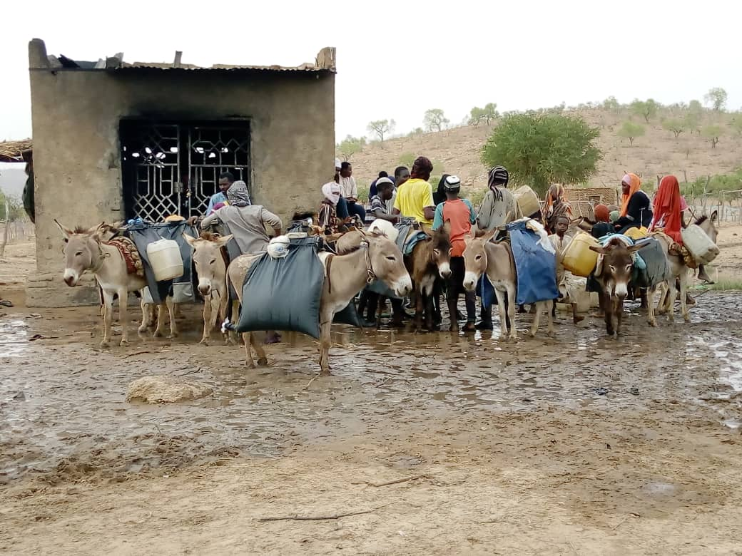 Des familles à la recherche d'eau à Gaz Beida, au Sila. © Mahamat Issa Gadaya/Alwihda Info