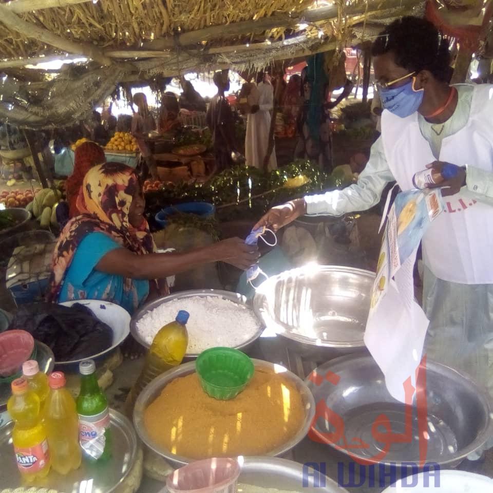 Tchad : à Abéché, des masques et solutions hydroalcooliques offerts aux vendeuses. © Abba Issa/Alwihda Info