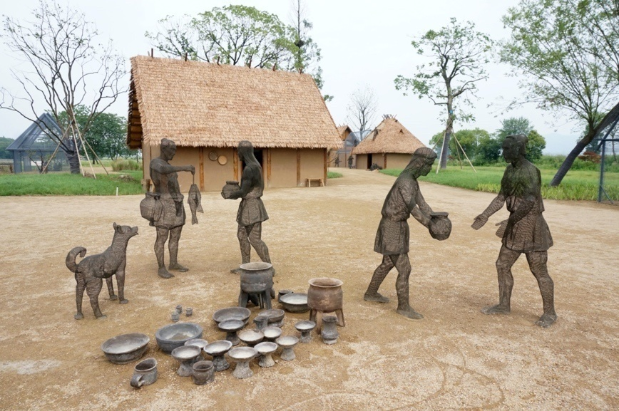 Photo taken on July 6, 2019 shows sculptures at the Archaeological Ruins of Liangzhu City that reproduce a home-based workshop. Wu Huang/People's Daily Online