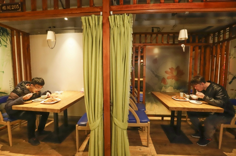 People dine separately at a restaurant in Zunhua, a county-level city Hebei Province on March 27. Photo by Liu Mancang/People's Daily Online