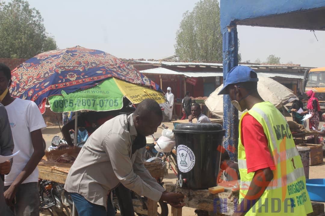 Des citoyens appliquent les gestes barrières contre la Covid-19 à N'Djamena. © Ben Kadabio/Alwihda Info