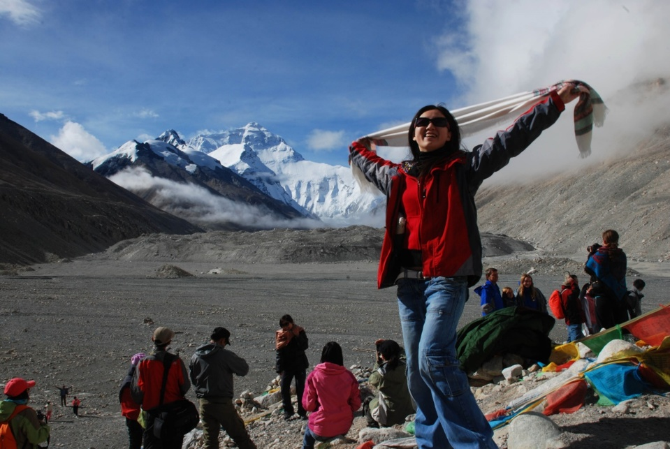 A tourist pose for a picture at the Mount Qomolangma base camp. Photo by Dong Naide, People's Daily Online