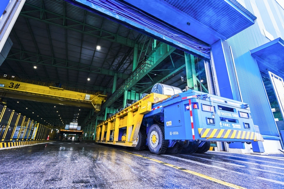 A self-driving heavy-load vehicle delivers materials in a production base in Baoshan of Baoshan Iron & Steel Co., Ltd. under China Baowu Steel Group Corp., Ltd., June 9. (Photo by Shi Cong, People's Daily Online)