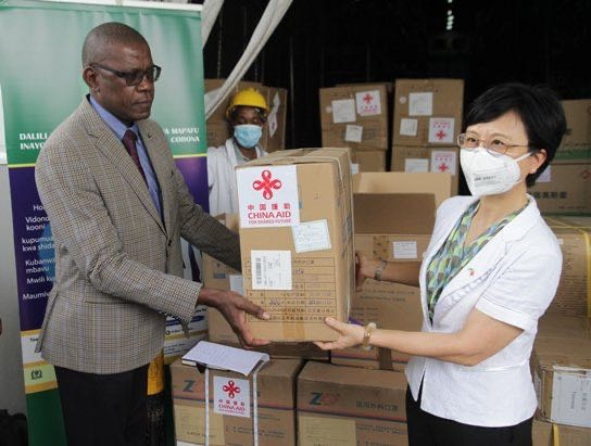 Chinese Ambassador to Tanzania Wang Ke (R) and Mpoki Ulisubisya, permanent secretary of the Ministry of Health, Community Development, Gender, the Elderly and Children of Tanzania, attend a handover ceremony to mark the medical supplies donated by China to the Tanzania and sign a delivery certificate on behalf of the two governments, respectively, May 15. Photo courtesy of the Chinese Embassy in Tanzania