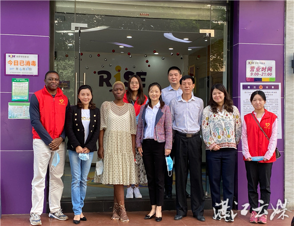 Sam (first on the left) poses for a photo with volunteers and staff members. (Photo: Courtesy of Zhanjiang Bureau of Foreign Affairs and Overseas Chinese Affairs)