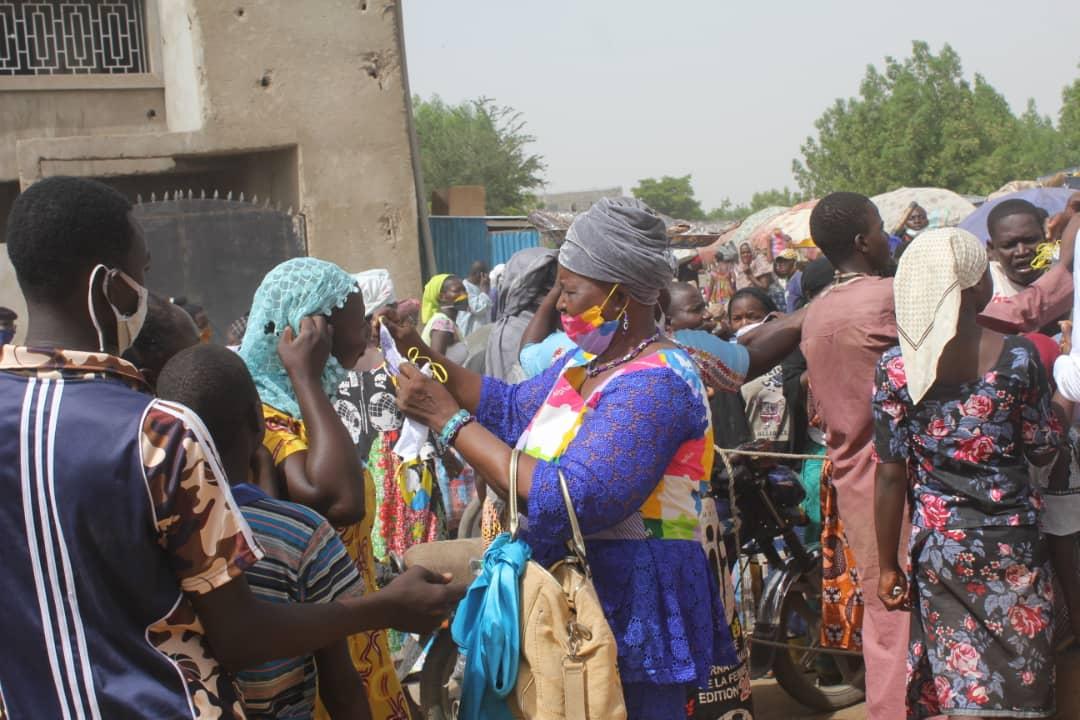 Une distribution de masques dans un marché de N'Djamena, au Tchad, le 18 juin 2020. Illustration © B.K./Alwihda Info