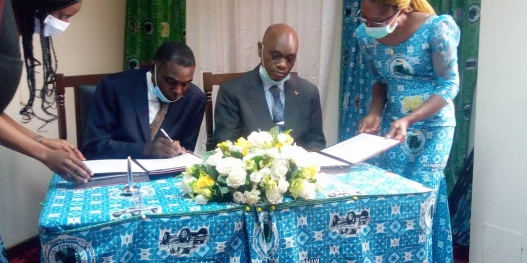 Signature des documents entre le ministre Henri Eyebe Ayissi (à droite) et le représentant légal du Cabinet Intelligence Patrimoniale+, Cyrille Oddi (à gauche).