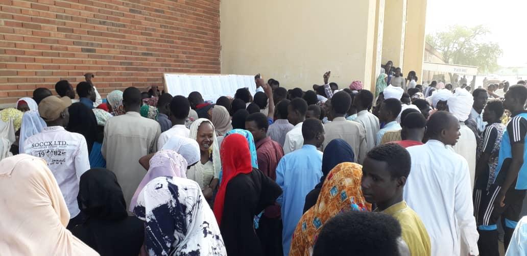 Des candidats au baccalauréat consultent des listes d'affichage. Illustration © D.H./Alwihda Info
