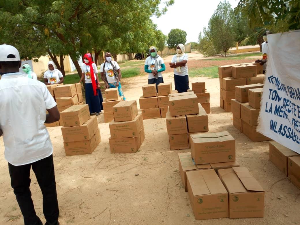 Tchad : à Mongo, des cartons de dattes distribués aux personnes vulnérables et handicapées. © Béchir Badjoury/Alwihda Info