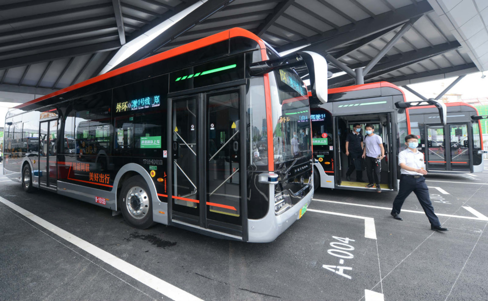 Photo shows staff members test self-driving buses equipped with 5G and AI technologies in Zhengzhou, capital of Central China's Henan Province on June 22. Photo by Zhang Tao/People's Daily Online