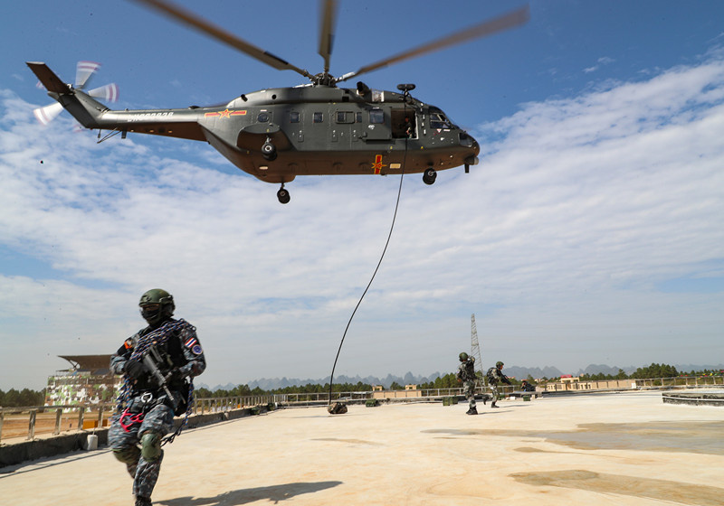 A Special Forces squad slides off a helicopter from a fast rope during a joint counter-terrorism actual-troop drill of the ASEAN ADMM-Plus Experts' Working Group, November 20, 2019. Photo by Huang Yuanli/People's Daily Online)