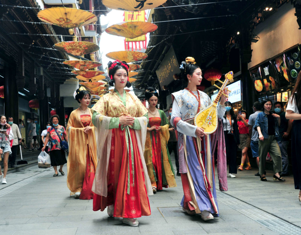 A show of Hanfu, the traditional clothing of China's Han ethnic group, is staged in Yuyuan Garden on July 3. Photo by Yang Jianzheng/People's Daily Online