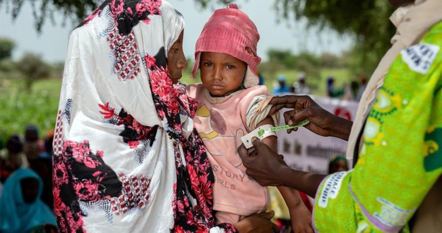 Un enfant dans les bras de sa mère au Tchad. Crédits photo : ONG Solidarités International