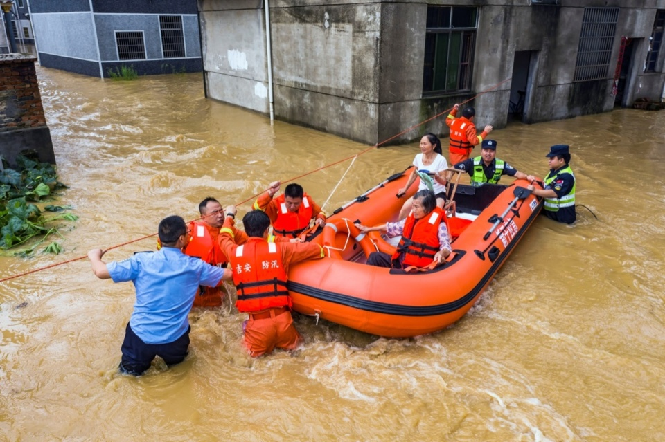 Rescuers relocate villagers in Dazhou village, Yijiang township, Xingan county, east China's Jiangxi province, July 10. People's Daily Online/Fu Sun