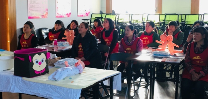 Trainees learn about baby nursing at the Shiguanjia vocational school. (Photo from the website of the school)