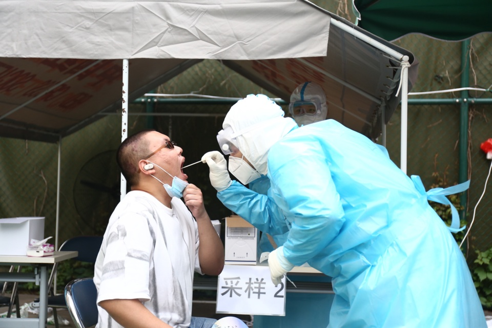 Shijingshan district in Beijing sends an emergency team of 100 medical workers to help conduct nucleic acid tests at testing stations in Fengtai district according to the city's unified plans on June 26. Yu Huiying/People's Daily Online