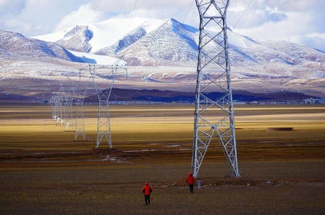 Photo shows the acceptance inspection of a power grid in an uninhabited area in northern Tibet. (Photo by Tsering Badro/People's Daily Online)