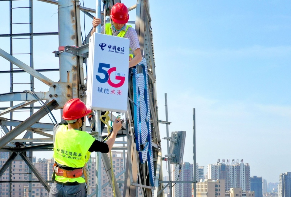 Employees with China Telecom's Lu'an branch install and test a 5G base station in downtown Lu'an, east China's Anhui province, May 4. Photo by Tian Kaiping/People's Daily Online
