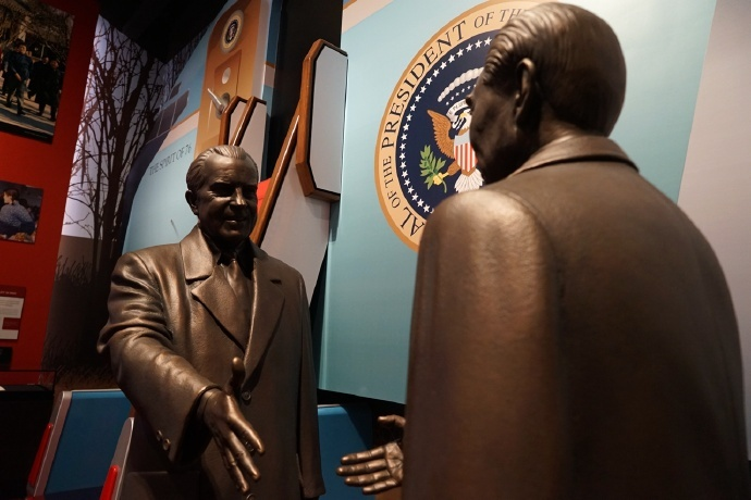 Photo shows the bronze statues of Richard Nixon and Zhou Enlai, former Premier of China, in memory of their meeting, at the Richard Nixon Presidential Library. (File Photo)