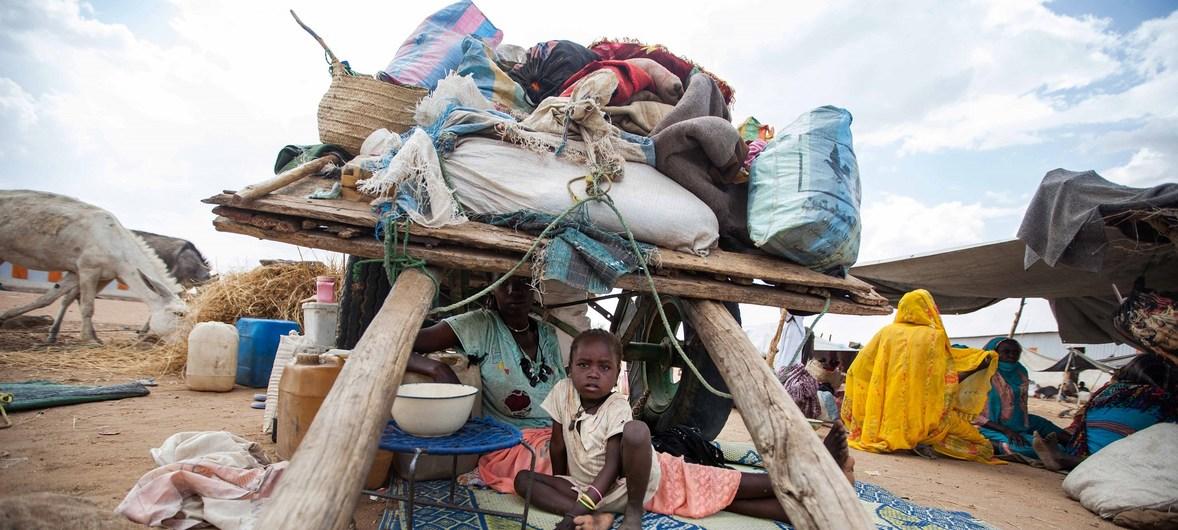 Sud du Darfour : abrités sous une charrette, cette femme et son enfant comptent parmi les milliers de personnes qui ont fui la violence et ont rejoint le camp d'Al Salam pour les personnes déplacées (archive). © Albert Gonzalez Farran/MINUAD