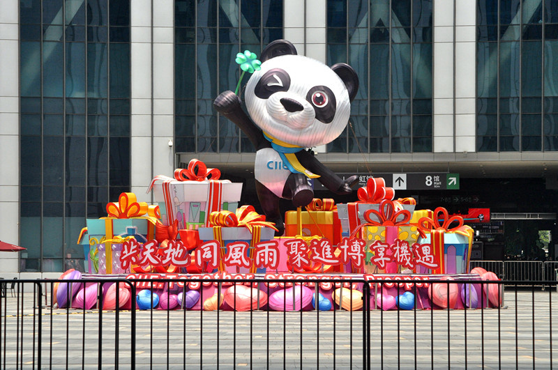 Photo shows the decorations outside the venue of the third CIIE. (By Yan Daming, People's Daily Online)