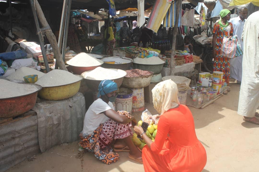 Une vendeuse de denrées alimentaires devant son étal dans un marché de N'Djamena. © Ben Kadabio/Alwihda Info