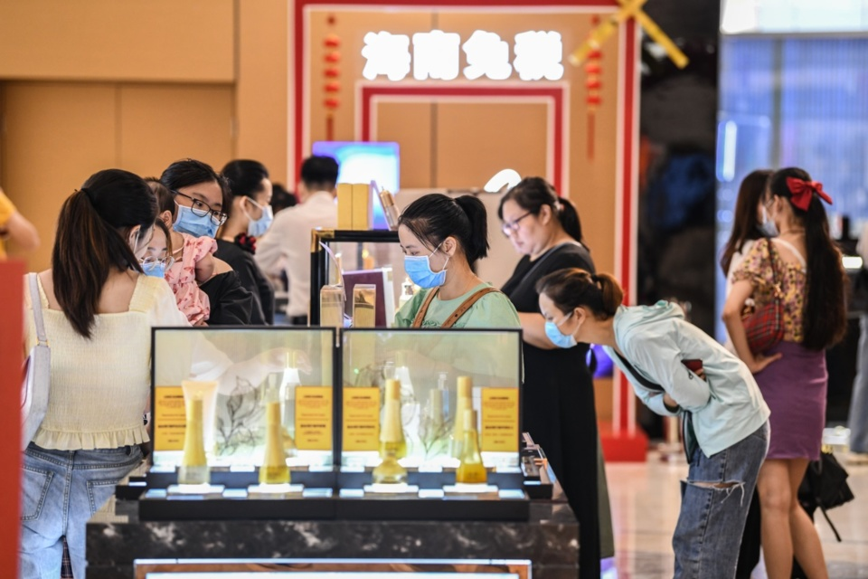 Customers shop at a duty-free store of the Riyue Plaza, Haikou, South China's island province Hainan on July 30. Photo by Wang Chenglong/People's Daily Online