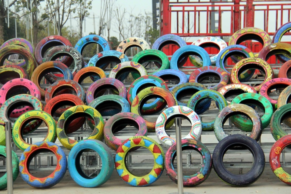 "A group of car tires placed on Yima Road in Wuhu City, Anhui Province attracts attention. These scrap tires are graffiti with many beautiful color patterns, and there are interesting pictures of butterflies, dragonflies, frogs, happy monkeys and so on. There are also some blessing texts such as ""dreams, health and happiness"". Li Qingsong/ People's Daily Online"