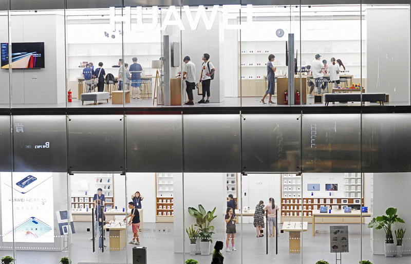 Customers visit a newly opened store of Chinese tech firm Huawei in a shopping mall of Changzhou, east China's Jiangsu province, Aug. 5. It is the first authorized Huawei merchandise in Changzhou. (Photo by Xia Chenxi/People's Daily Online)