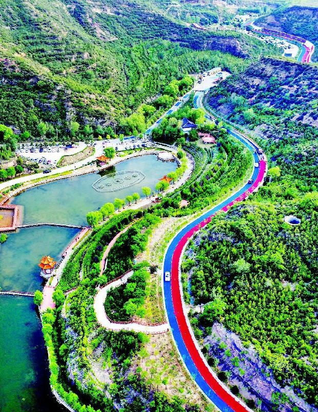 The aerial photo taken on June 21 shows the newly-paved Tilonghu section of the Dongshan tourism road. Photo from the official website of Taiyuan's municipal government