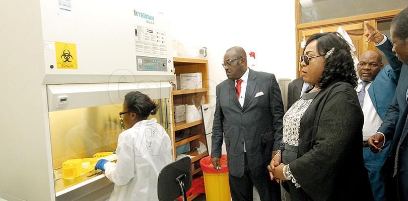 Mme Madeleine Tchuinte, ministre de la Recherche scientifique et de l'Innovation, dans un laboratoire.