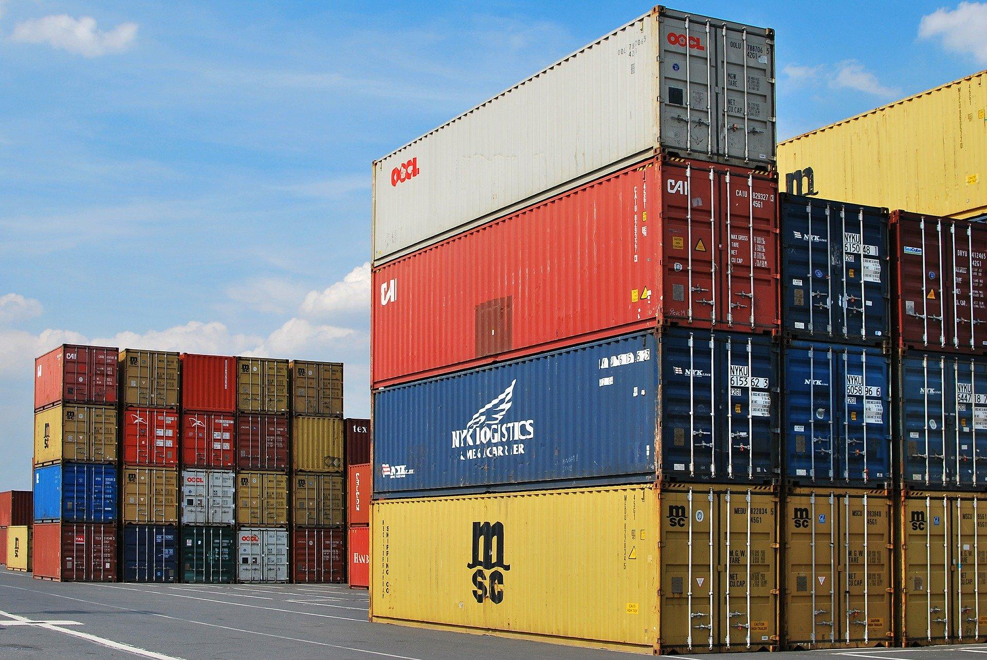 Des containers entassés dans un port. Image d'illustration © Pixabay